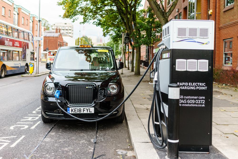 מונית חשמלית בזמן טעינה באנגליה