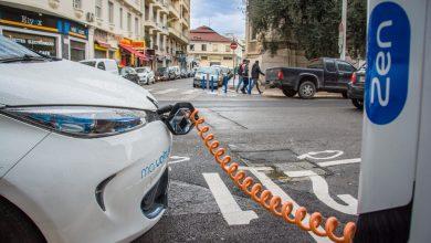 רכב חשמלי מחובר לעמדת טעינה בניס שבצרפת