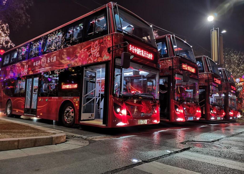צי אוטובוסים חשמליים אדומים של BYD