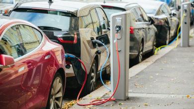 רכבים חשמליים נטענים ברחוב