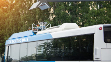 אוטובוס חשמלי נמצא ליד תחנת טעינה