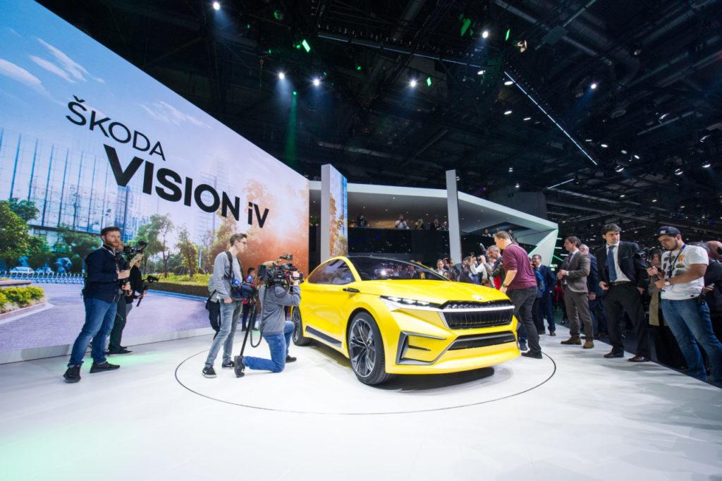סקודה IV צהובה מוצגת בתערוכת הרכב בז׳נבה
