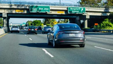 טסלה מודל X בכביש מהיר בקליפורניה