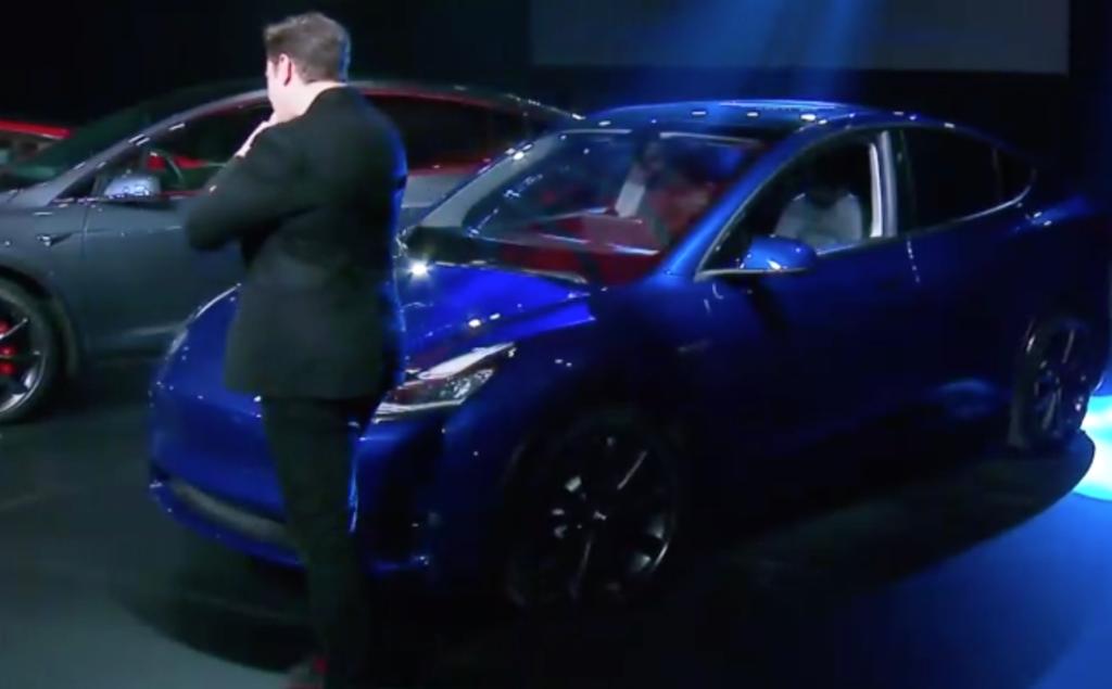אילון מאסק עומד ליד הטסלה מודל Y באירוע ההשקה של הרכב החדש
