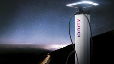 עמד טעינה חדשנית של חברת Ionity מוארת בלילה