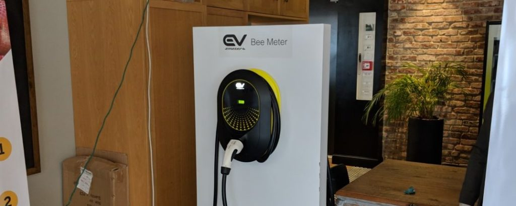עמדת טעינה של EV Meter מוצבת במשרדי החברה