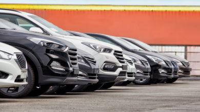 רכבים עומדים למכירה במגרש רכבים