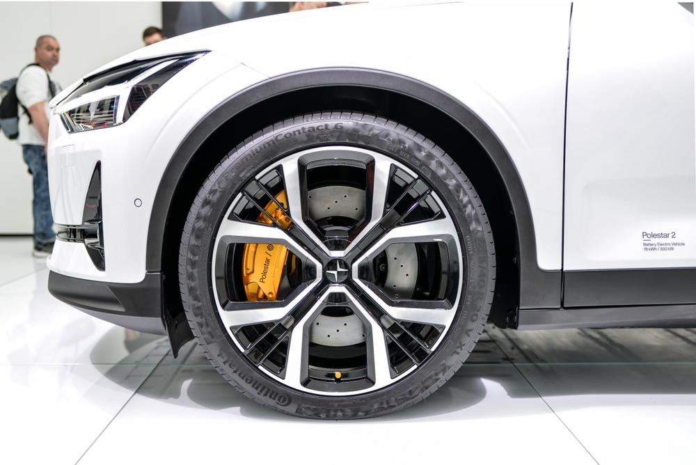 צילום של הגלגל הקדמי עם קדמת הרכב