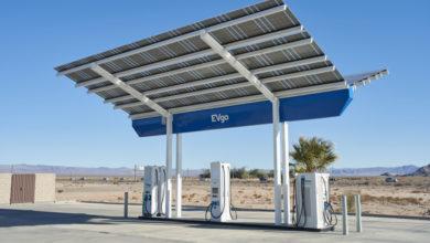 תחנת טעינה מהירה של חברת evGO בקליפורניה עם פאנלים סולארים