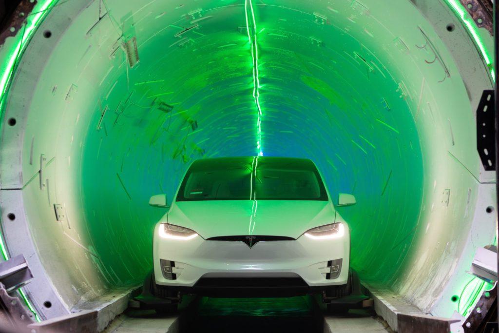 טסלה מודל S במנהרה של BoCo מוארת באורות ירוקים