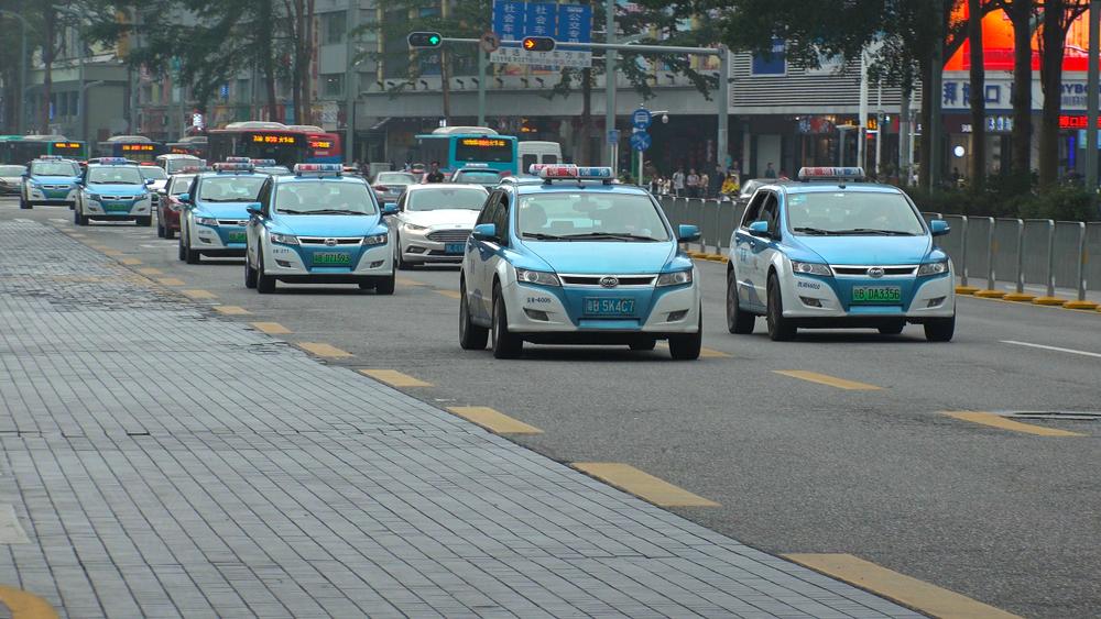 מוניות חשמליות נוסעות בכביש בעיר שנג'ן שבסין