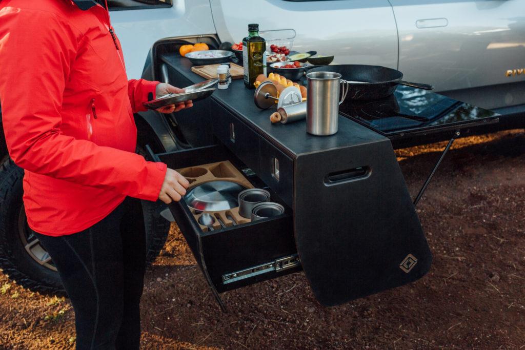 מטבח חשמלי למטיילים לפני הטנדר החשמלי של ריביאן