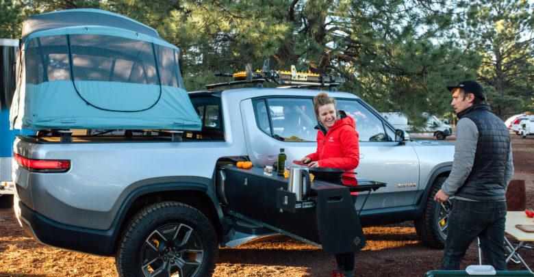 הטנדר החשמלי של Rivian עם מטבח למטיילים