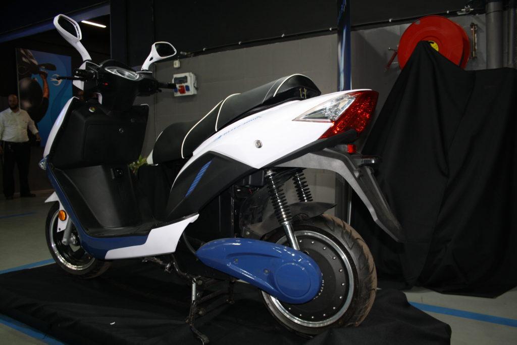 הקטנוע החדש באירוע ההשקה, קטנוע חשמלי מבט מאחור