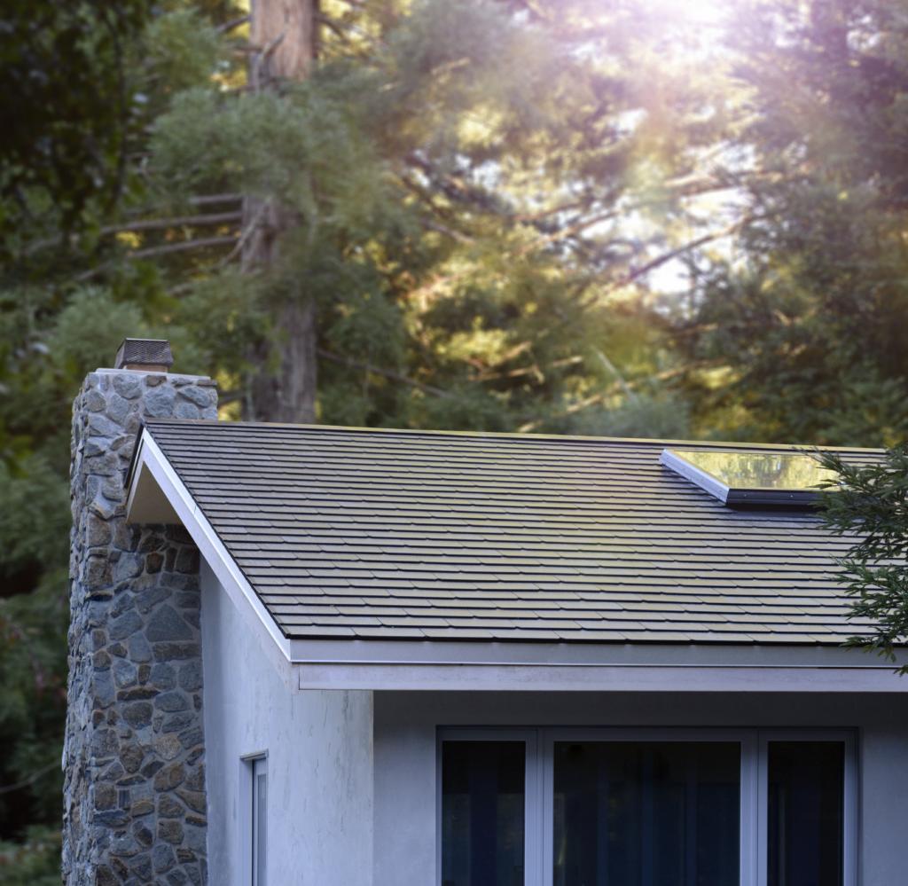 ההתקנה הראשונה של הגג הסולארי של טסלה - מבט מהצד על הגג
