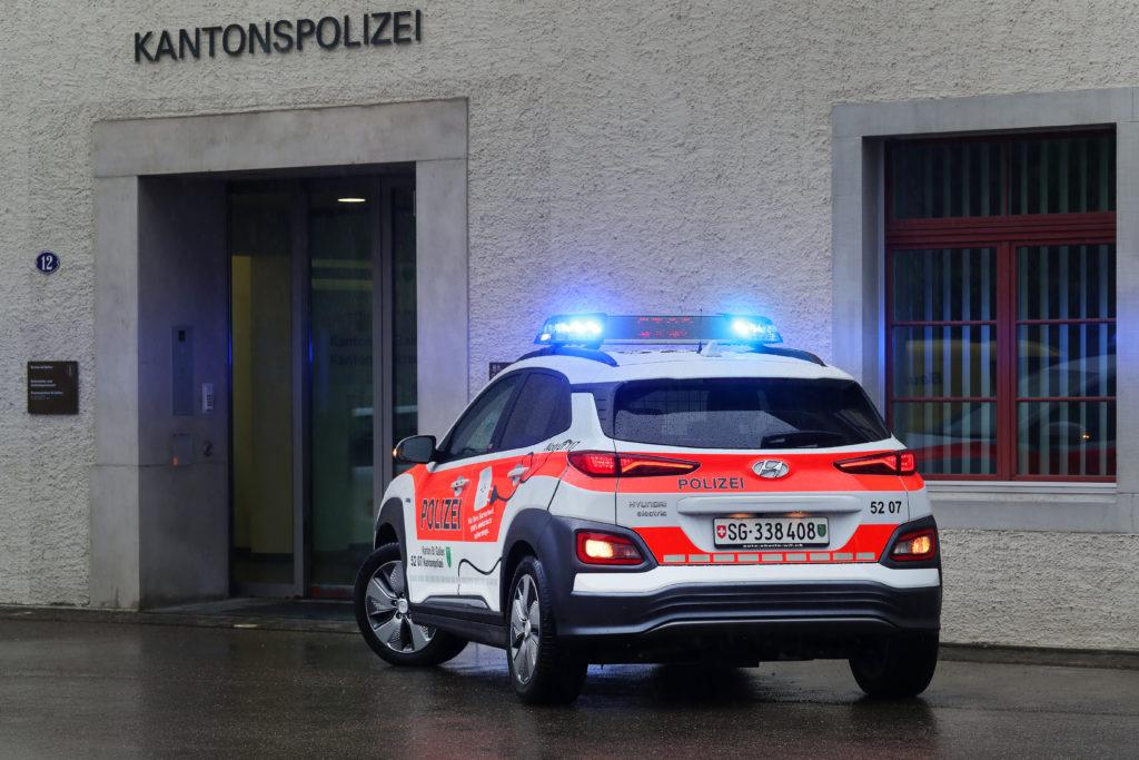 יונדאי קונה חשמלית משטרתית מבט על אחורי הרכב