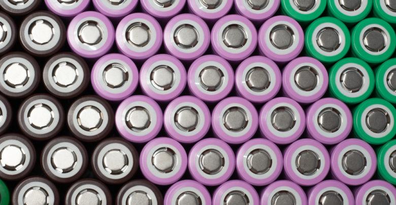 ערימה של סוללות ליתיום יון בצבעים שונים