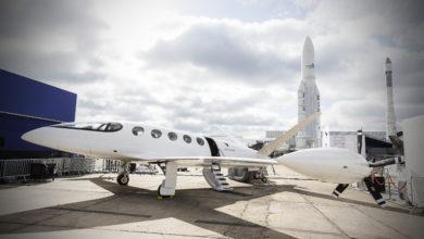 מטוס חשמלי לבן בסלון האווירי בפריז