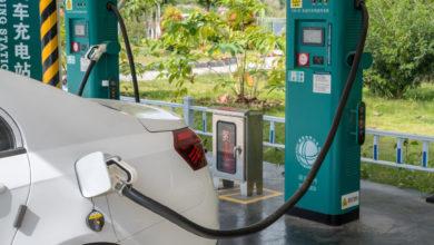 רכב חשמלי מחובר לעמדת טעינה בסין