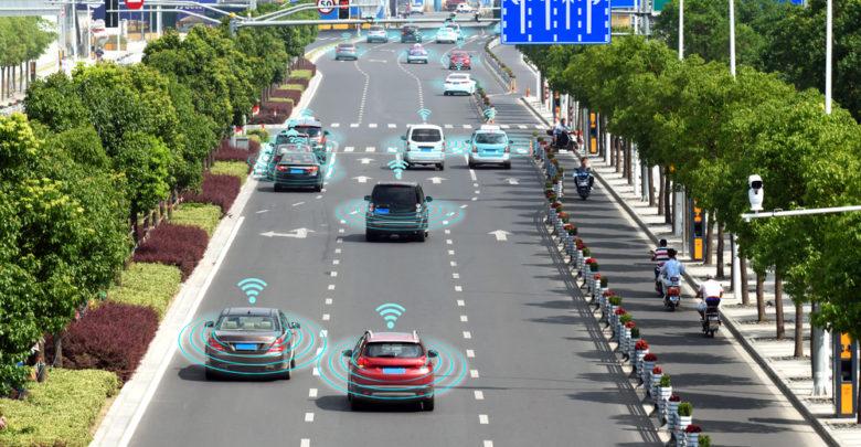 הדמיה של רכבים אוטונומים נוסעים על כביש בעיר