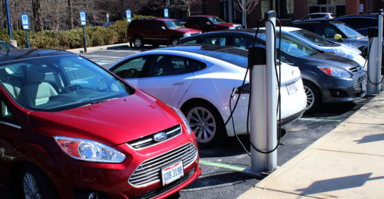 רכבים חשמליים והיברידיים מחוברים לעמדות טעינה בארצות הברית