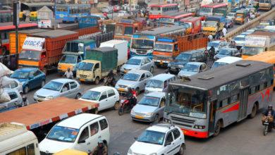 כביש עמוס ברכבים, אוטובוסים ומשאיות בבנגלור, הודו