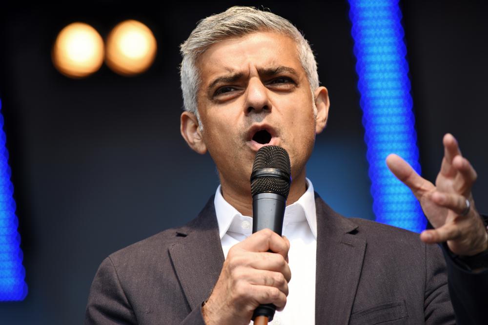 ראש העיר של לונדון, סאדיק חאן, מדבר למיקרופון