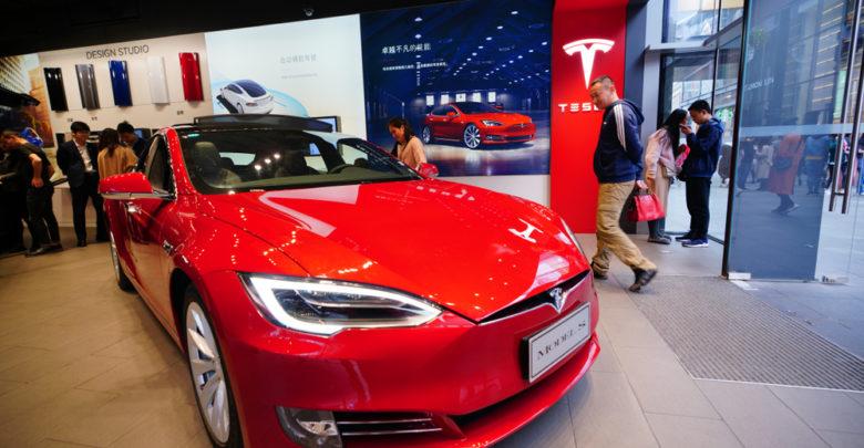 מכונית טסלה אדומה בתצוגה בסין