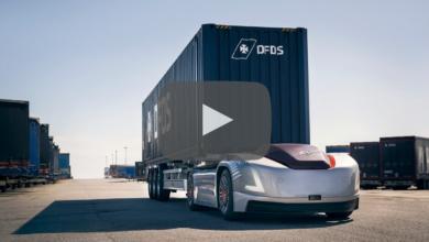 משאית אוטונומית חשמלי בלי תא נהג של חברת וולוו עם קונטיינר