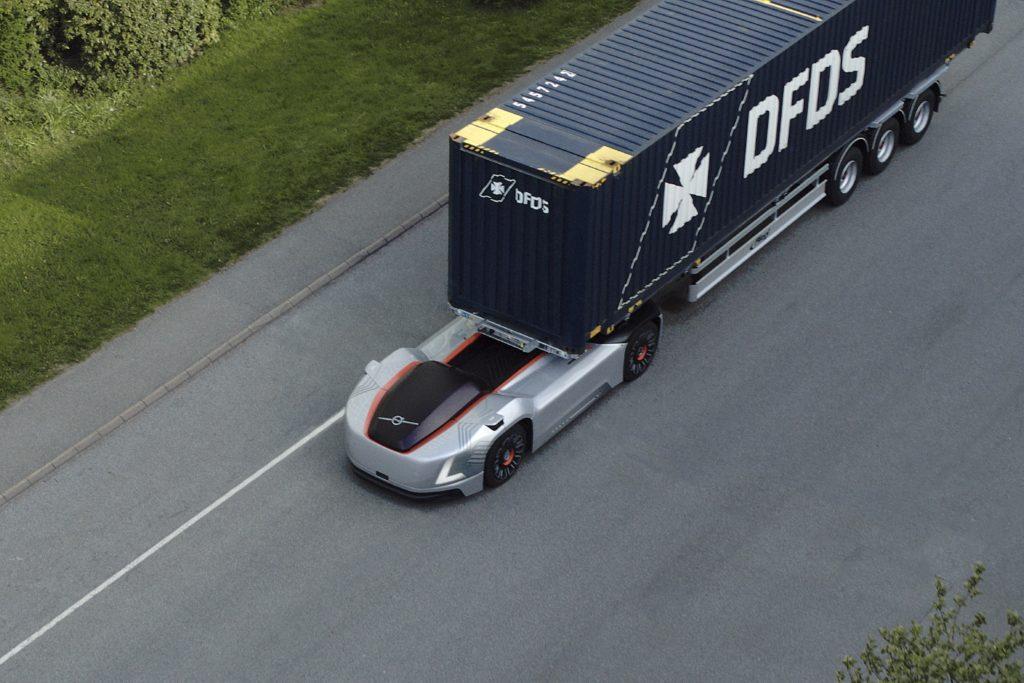 משאית אוטונומית של וולוו ללא תא נהג מבט מהאוויר