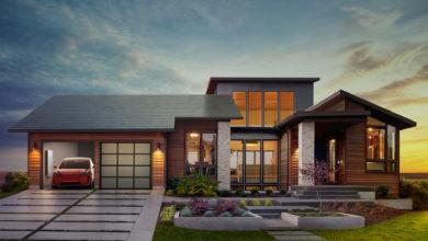 הדמיה של בית עם גג עשוי רעפים סולאריים של טסלה