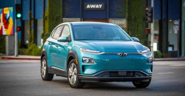 יונדאי קונה חשמלית בצבע כחול מבט מקדים על הרכב
