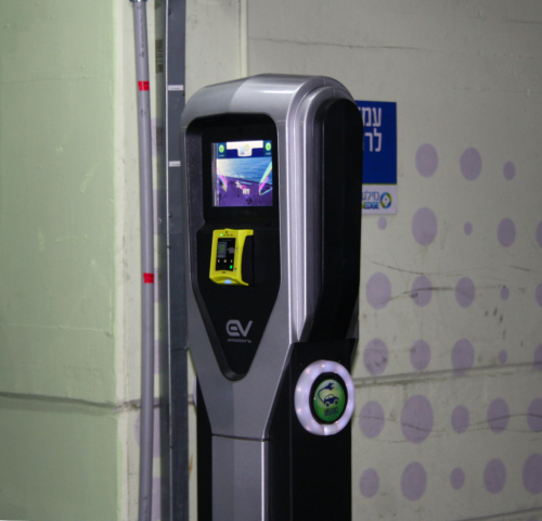 עמדת טעינה של EV Meter בחניון גולדה בתל אביב