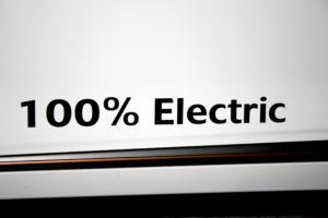 כיתוב 100% Electric על דלת של רכב חשמלי