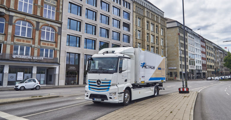 משאית חשמלית בצבע לבן של מרצדס נוסעת בכבישי המבורג