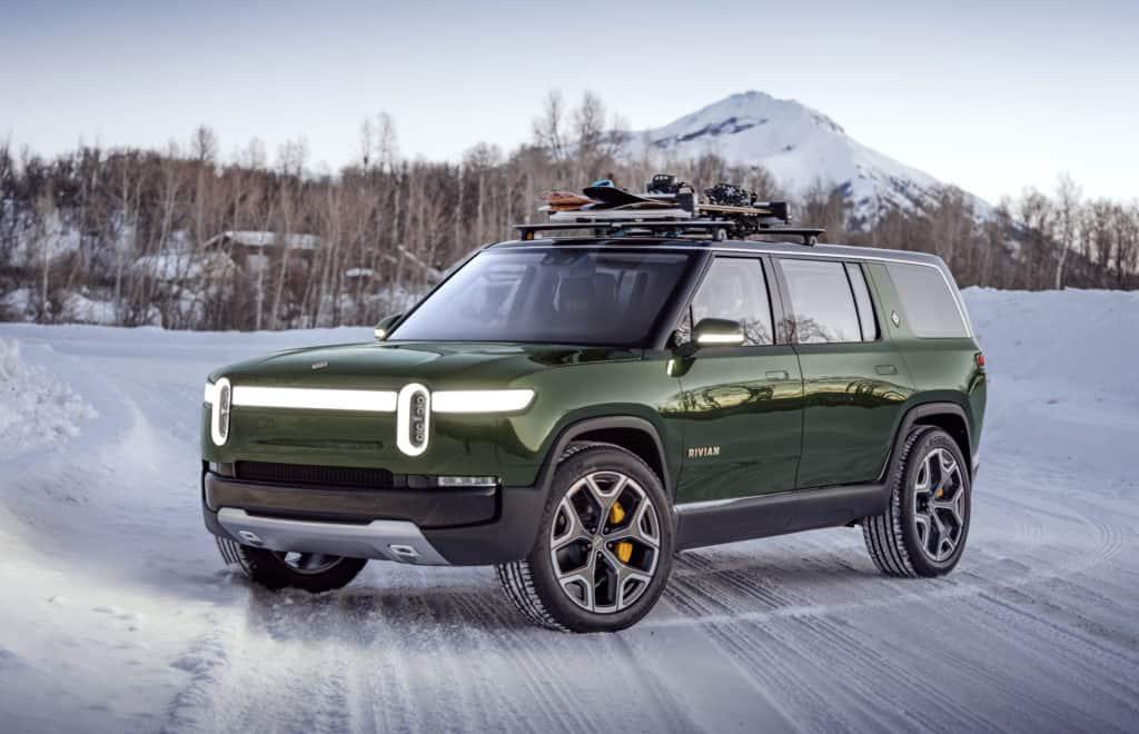 רכב חשמלי טנדר בצבע ירוק כהה של חברת ריביאן בשלג