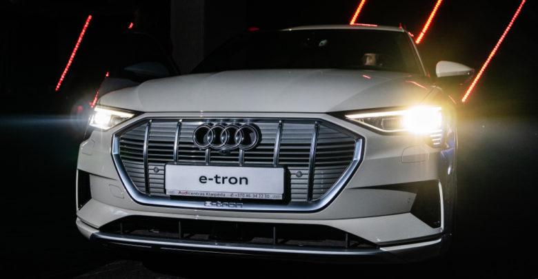 חזית הרכב של אאודי אי-טרון חשמלית בצבע לבן עם אורות דלוקים