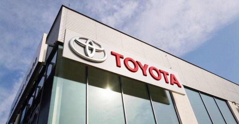 הלוגו של טויוטה עם כיתוב טויוטה באנגלית על סוכנות של החברה