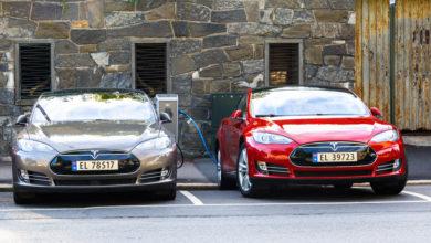 שני רכבי טסלה מודל S מחוברים לעמדות טעינה בנורווגיה
