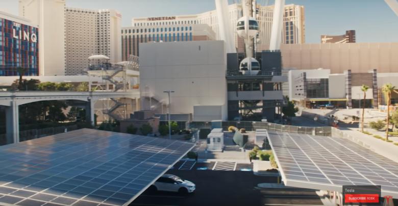 פאנלים סולאריים מותקנים מעל עמדות טעינה של טסלה בלאס וגאס
