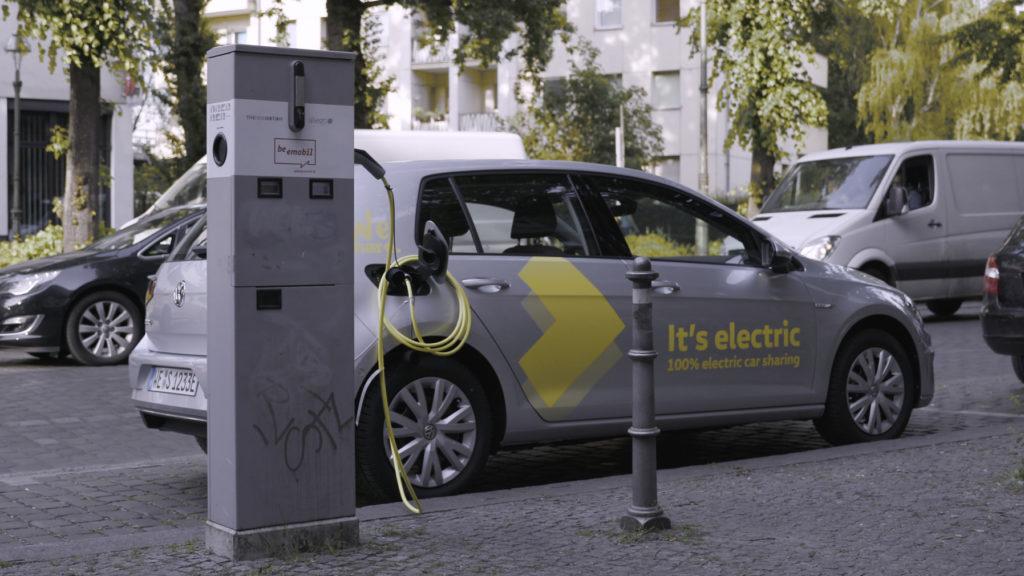 רכב חשמלי של פולקסווגן בברלין מחובר לעמדת טעינה