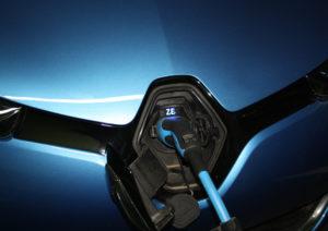 החלק הקדמי של רנו זואי כחולה מחובר לעמדת טעינה
