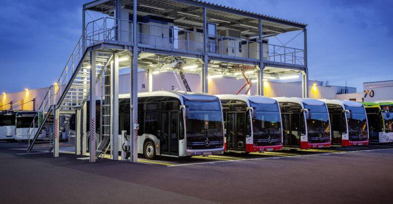 תחנת טעינה מרכזית לאוטבוסים חשמליים בגרמנה, עם ארבע אוטובוסים חונים ונטענים בתחנה