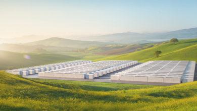 מבט מהאוויר על סוללות Megapack לבנות של חברת טסלה