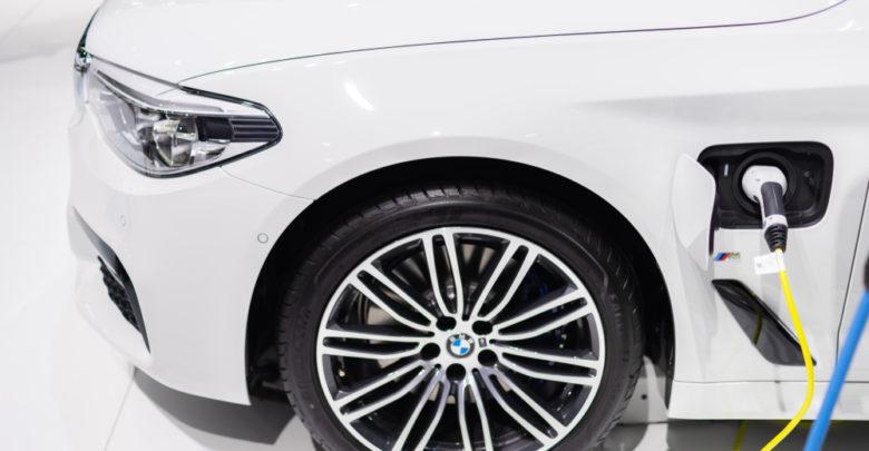 מבט על קדמת רכב BMW שמחובר לחשמל