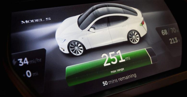 מסך של רכב טסלה מודל S מציג שנשאר לרכב 251 מייל לנסיעה לפי מצד הסוללה