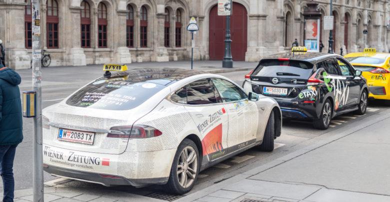 מונית לבנה מסוג טסלה ברחובות וינה