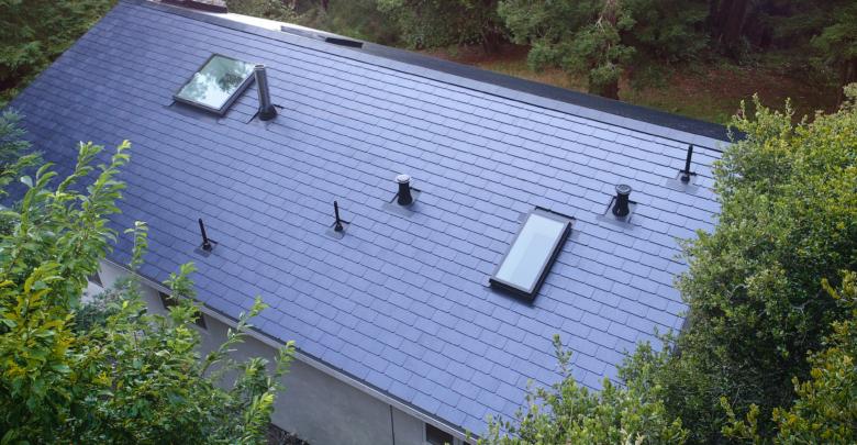 התקנה של רעפים סולארים של חברת SolarCity בארצות הברית