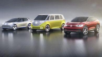 שלושת הרכבים החשמליים של פולקסווגן על רקע לבן