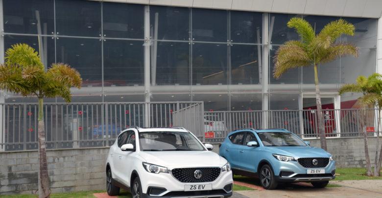 שני רכבים חשמליים של MG חונים